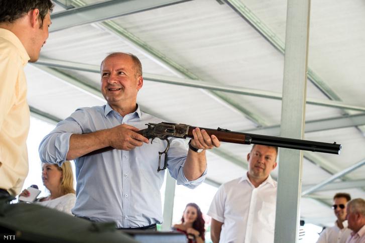 Simicskó István honvédelmi miniszter egy Winchester puskát tart a kezében az augusztusi elöltöltő-fegyveres sportlövő világbajnokságot népszerűsítő bemutatón a Tatárszentgyörgynél lévő sarlóspusztai lőtéren 2016. július 21-én.