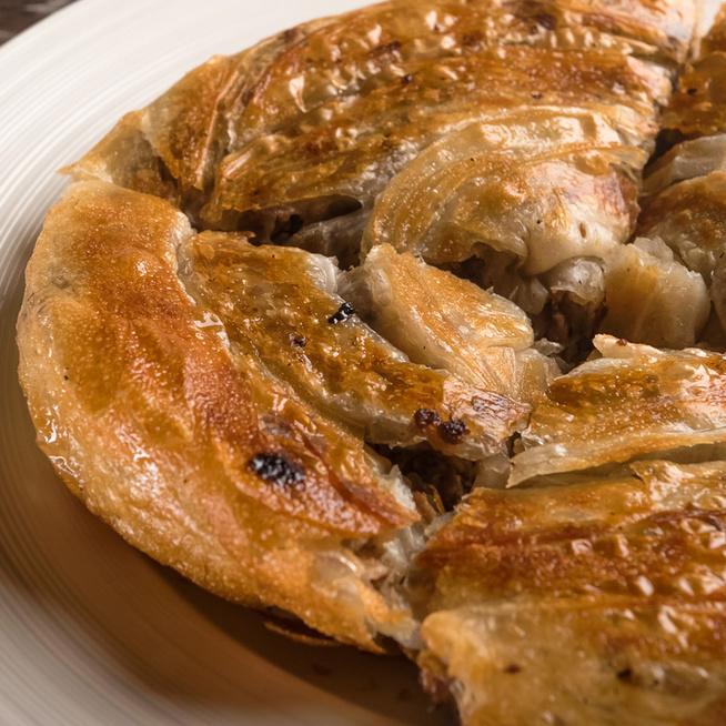 A legfinomabb házi burek receptje: Ropogós rétestészta, fűszeres töltelék