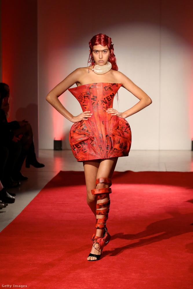 Egy kevésbé meghökkentő ruhával kezdjük, illetve a divattervező nevével, ami Luis de Javier.