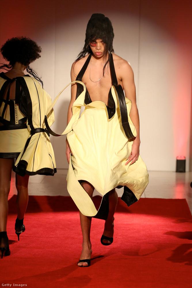 Ezt a ruhát Luis de Javier olyan régen tervezte meg, hogy már senki nem emlékszik, hogyan kell viselni