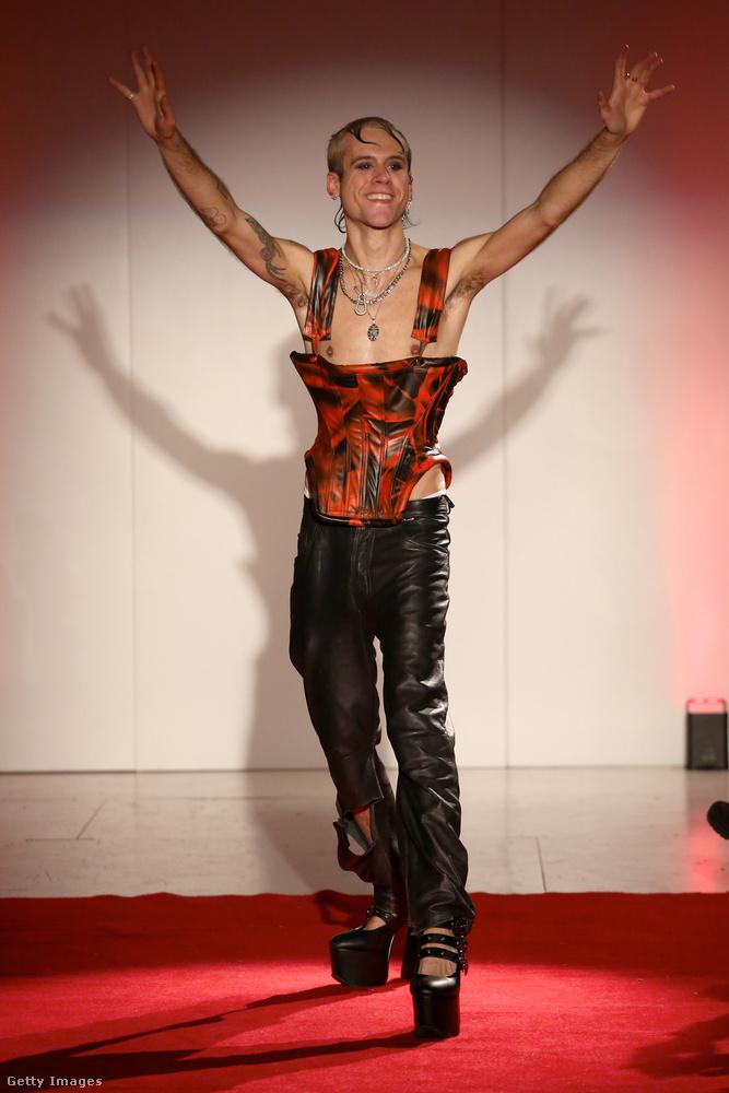 Nem lehet megvádolni Luis de Javier tervezőt, hogy csak a modelleket fazonírozná ilyen extrémre: saját maga is hordja a ruhákat, amiket tervez.