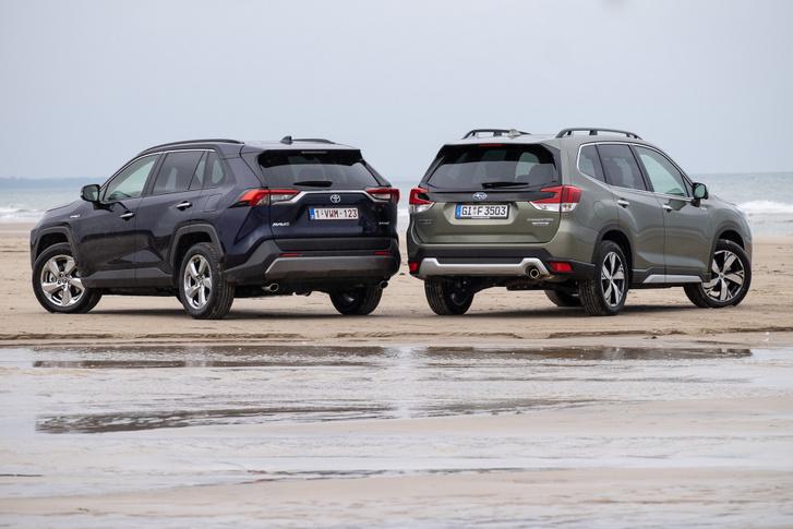 Innen határozottan sportosabbnak néz ki a Toyota. Ha azt nézzük, hogy megy, ez igaz is. De azonos erejű motorral a Subarut lenne jobb vezetni