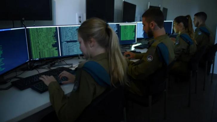 Az izraeli katonák kiberbiztonsági képzésen vesznek részt