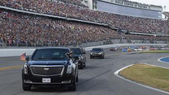 Trump a Szörnyeteggel robogott be a legnagyobb amerikai autóversenyre