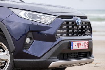 Mai Toyota-arc: lekonyuló, vicsorgó szájú pofa
