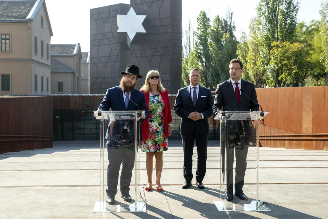 Köves Slomó, Schmidt Mária, Fürjes és Gulyás Gergely a Sorsok Házáról tartott sajtótájékoztatón 2018. szeptember 7-én.