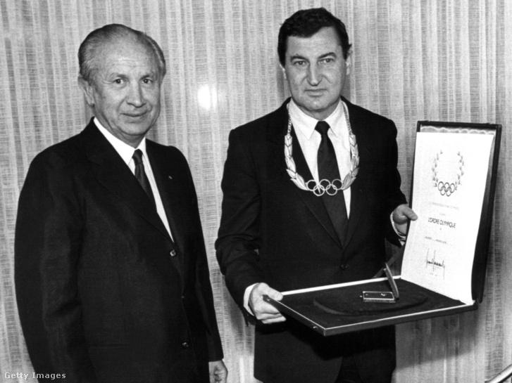 Az Adidas elnöke Horst Dassler (j) megkapja az olimpiai érdemrendet a Nemzetközi Olimpiai Bizottság elnökétől Juan Antonio Samaranch-tól 1984. október 20-án.