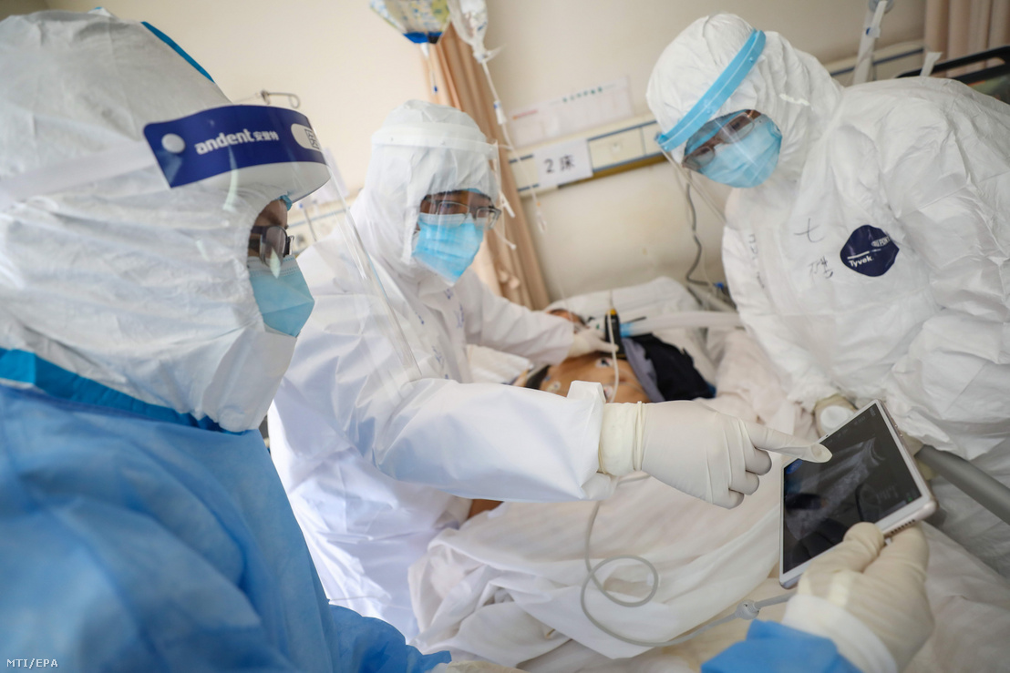 Orvosok vizsgálják az egyik beteget egy vuhani kórház intenzív osztályán 2020. február 16-án.