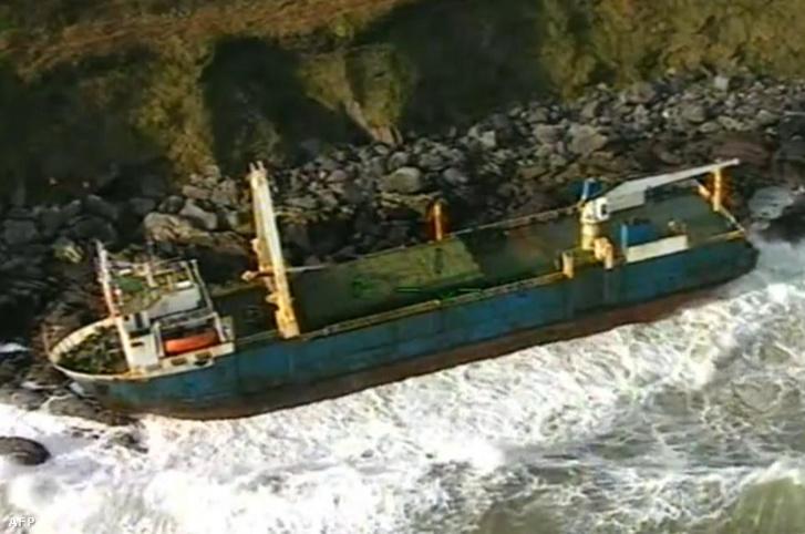 Az ír partoknál megfeneklő MV Alta az ír parti őrség által kiadott felvételen