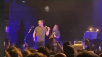 Halott barátjuk hamvait dobták színpadra a Mr. Bungle koncerten
