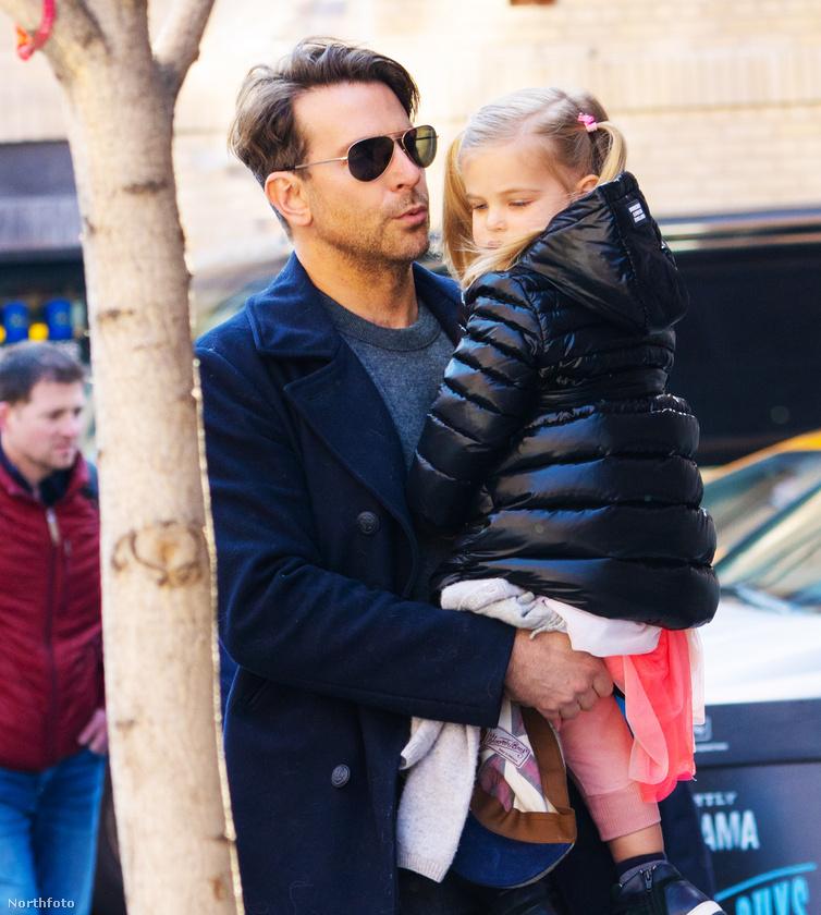 A 2 éves kislány, akivel modell édesanyja is jó párszor sétált márlesifotósok előtt az utcán, viccesebbnél viccesebb jelmezekben, ki is szúrta a paparazzót,...