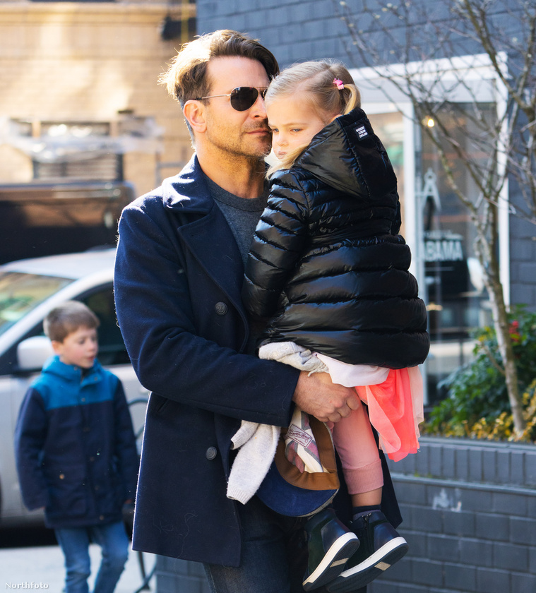 Bradley Coopert decens apukaként örökítették meg a lesifotósok, ahogy lányát, Lea de Seine Shayk Coopert karjaiban tartva sétál az utcán
