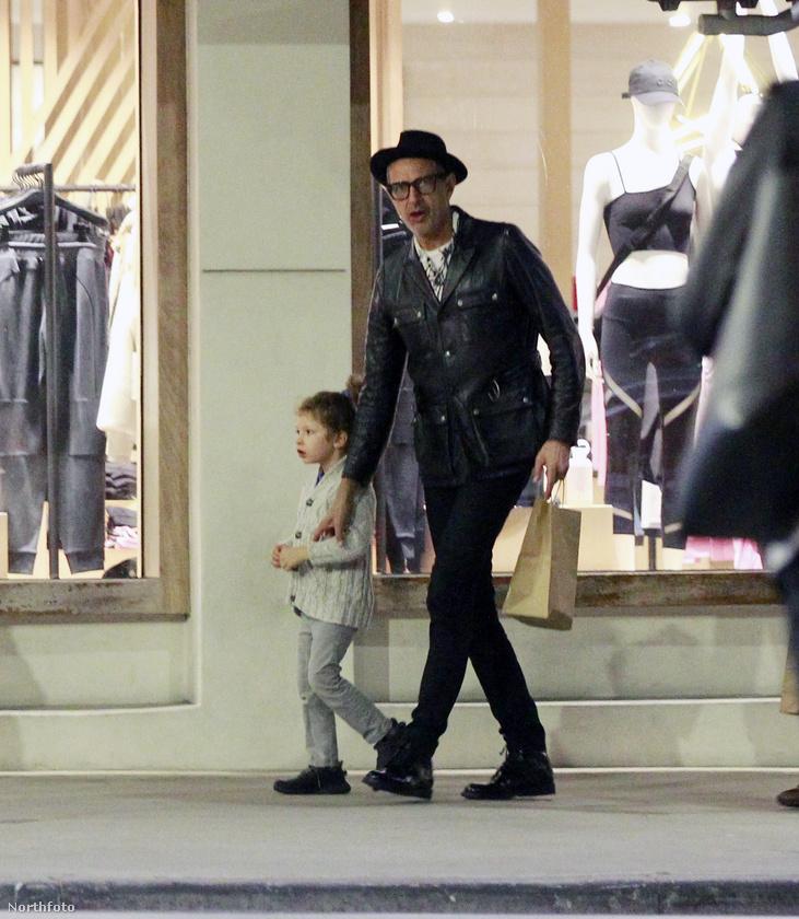 Ő itt Jeff Goldblum, aki éppen egy kínai étteremben vacsorázott a családjával, a képen pedig már hazafelé tart