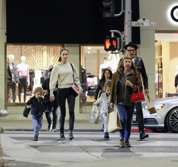 Itt már feleségével, testvérével és két gyermekével, a 2 éves River Joe-val és a 4 éves Charlie Oceannal kiegészülve láthatja