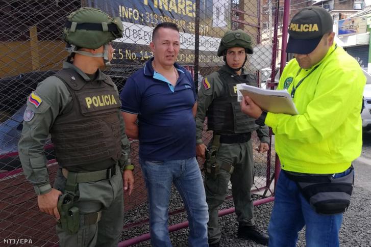 A kolumbiai rendőrség által 2020. február 17-én. közreadott kép Carlos Alberto Salazarnak, Kolumbia legnagyobb heroinkereskedőjének (balról a második) az elfogásáról Bogotában