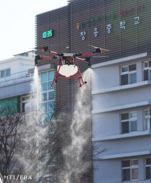 Drónnal permeteznek fertőtlenítőszert egy szuvoni középiskola környékén 2020. február 18-án.