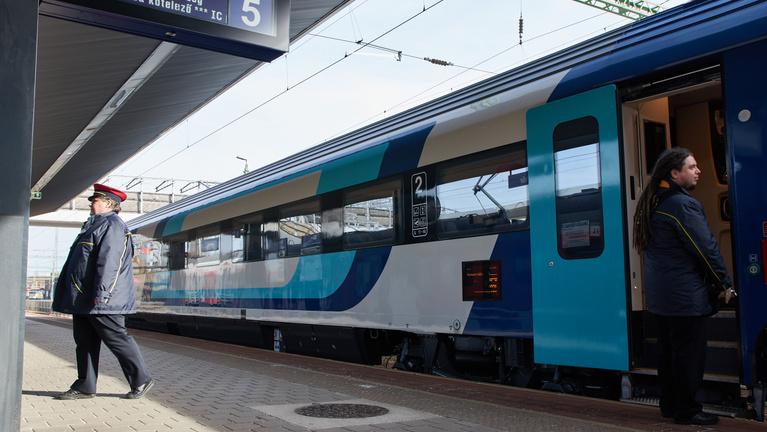 Leteszteltük a MÁV új, magyar InterCity kocsiját