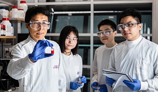 Lianzhou Wang, a Queenslandi Egyetem professzora a nanorészecskéket tartalmazó fiolát mutatja