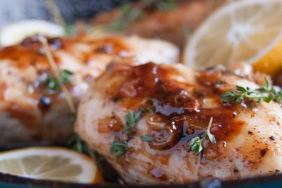 Ragacsos és édes csirke mustáros-juharszirupos pácban - Gyönyörűen megpirul a hús