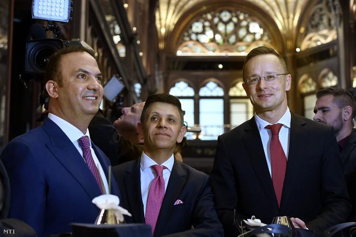Szijjártó Péter külgazdasági és külügyminiszter (j), Sameer Hamdan (k) és Zuhair Awad, a Mellow Mood Hotels tulajdonosai a Párisi Udvar Hotel Budapest szálloda hivatalos megnyitóján 2019. november 29-én