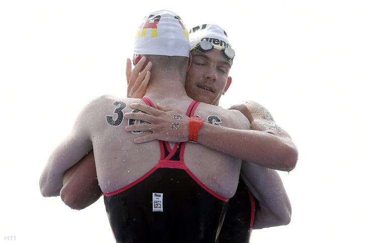 A negyedik helyezett Rasovszky Kristóf és a győztes német Florian Wellbrock (háttal) a nyíltvízi úszók férfi 10 kilométeres versenye után a 18. vizes világbajnokságon, a dél-koreai Joszuban 2019. július 16-án. M