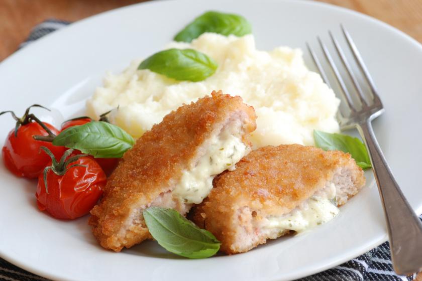 Sajtkrémmel töltött csirkemell ropogós bundában: így a legjobb a rántott hús