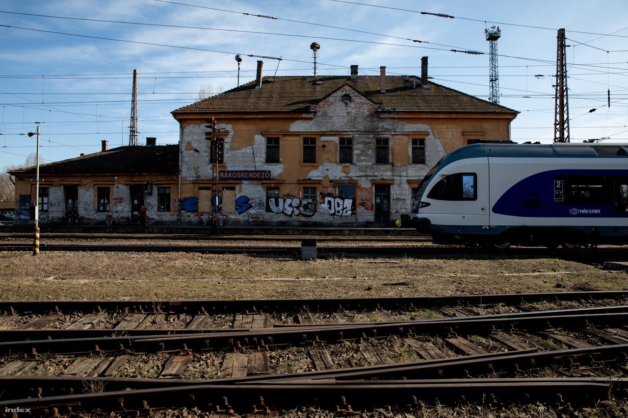 A nevezetes sorompó aljában, a dülöngélő, üres állomásépület mellett találkozunk Bardóczi Sándorral, Budapest főkertészével-főtájépítészével, aki régóta figyelemmel kíséri a terület felmerülő fejlesztési ötleteit. Az ingatlanbefektetők az utóbbi években már az ajtóban kopogtatnak, csak egy kicsit kell túlnézni a vasúti átjárón, látni, hogy egészen a vágányokig terjedt már a városnegyed. Az állomás szájában új négyemeletes társasház épül. Nem csoda, mondja Bardóczi, a Rákosrendező ingatlanbefektetési szempontból Budapest legjobb területe. Közel van a központhoz, aránylag jó a tömegközlekedése, és nagy, üres terület.