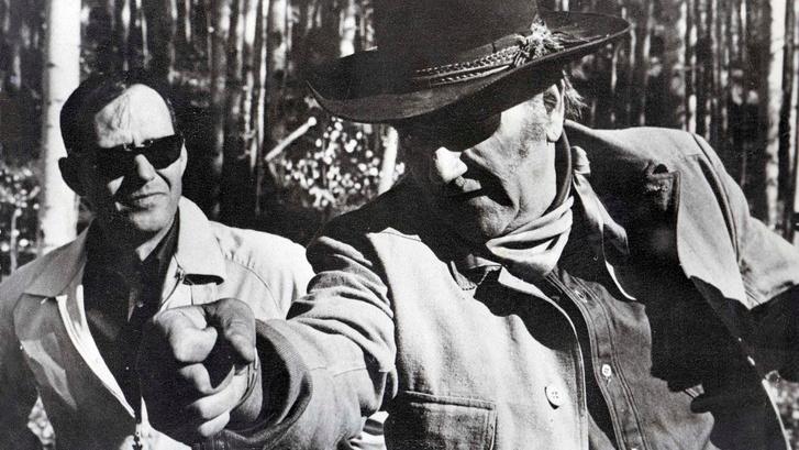 Az író John Wayne-nel az 1969-es forgatáson.