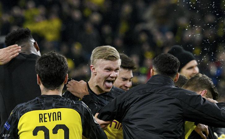 Erling Haaland és csapattársai ünneplik győzelmüket a Dortmund-PSG mérkőzés végén
