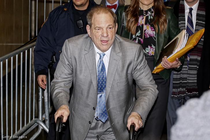 Harvey Weinstein hagyja el a bíróság épületét 2020. február 18-án New Yorkban