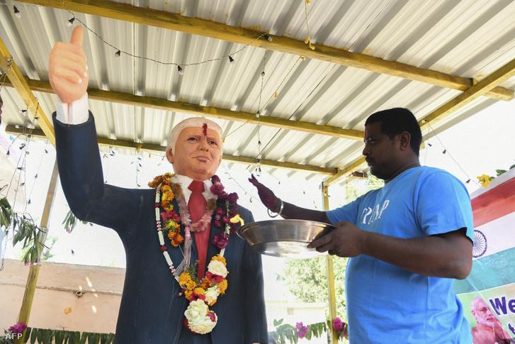 A 33 éves Bussa Krishna áldja meg Donald Trump szobrát az indiai Jangaon körzetben Trump látogatása előtt 2020. február 17-én