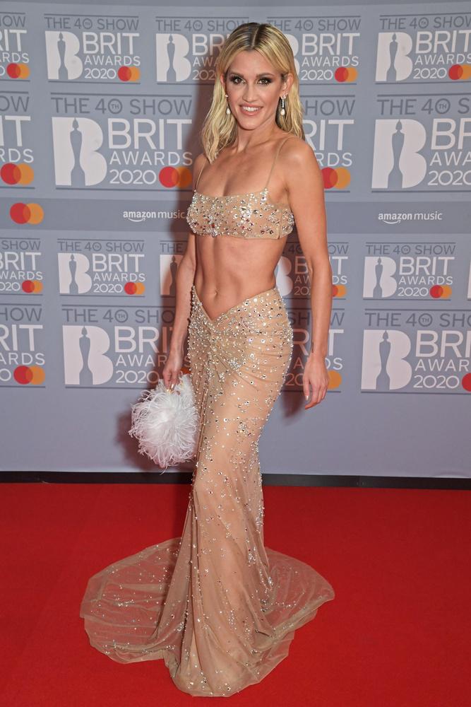 Ashley Roberts  egy partra vetett sellőnek öltözött,