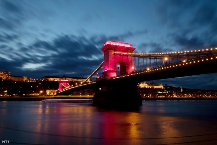 Rózsaszín fénnyel világítják meg a budapesti Lánchidat 2020. január 30-án száz nappal a Giro d'Italia országúti kerékpáros körverseny magyarországi rajtja elõtt.