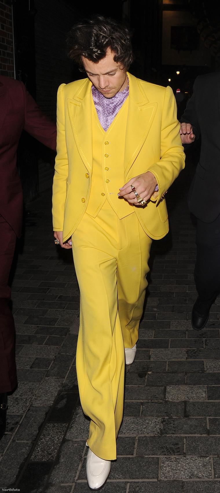 Az afteron Styles pedig már a '70-es évek banánköztársaságainak egyik drogbárójának, vagy a Jim Carrey-s Maszknak öltözött, nézőpont kérdése.