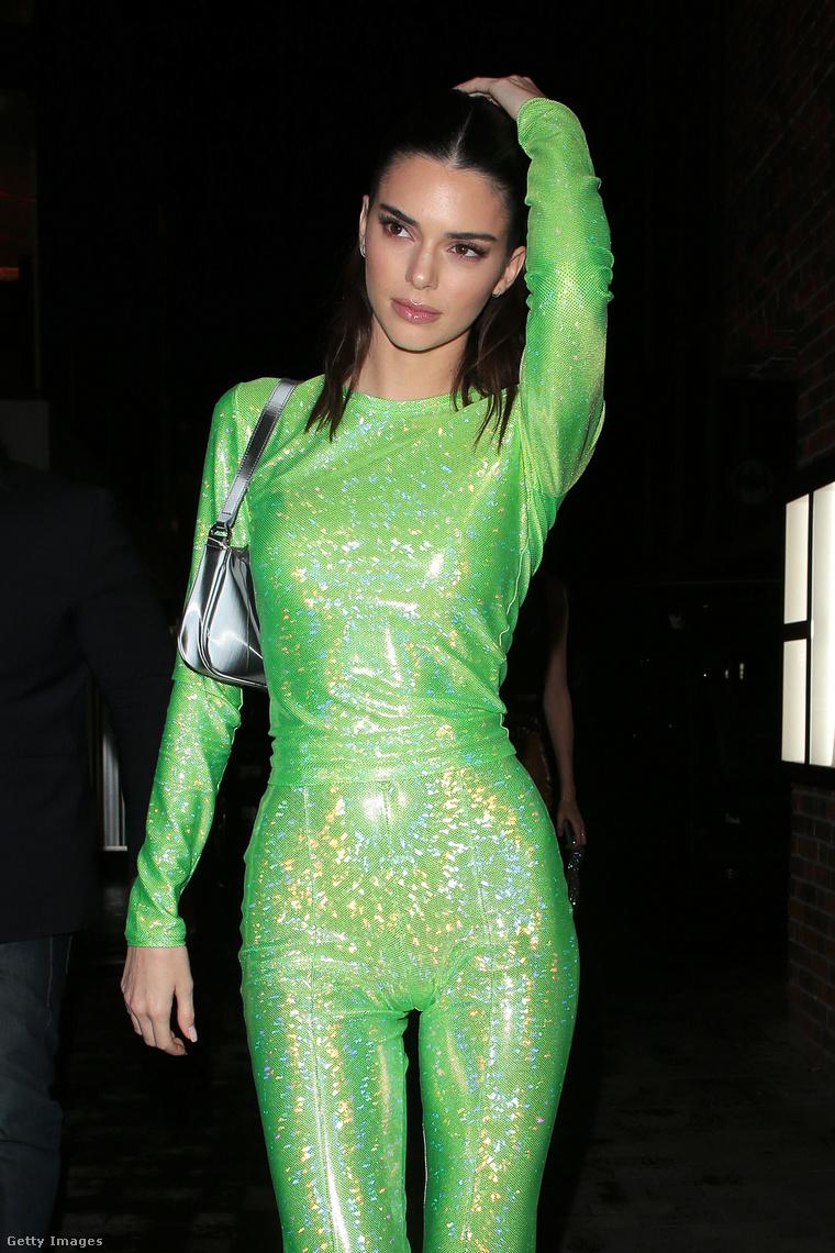 Mindenesetre nagy hatással lehetett öltözéke Kendall Jennerre, aki hozzá hasonlóan élénk színben jelent meg, takonynak öltözve.