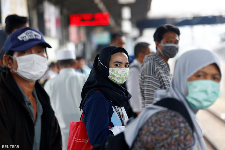 Maszkban utazó emberek egy jakartai állomáson 2020. február 13-án