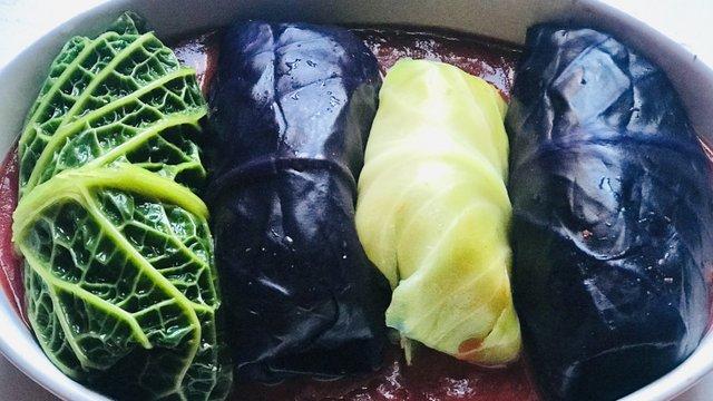 Színes káposztalevelek rizzsel, zöldségekkel töltve