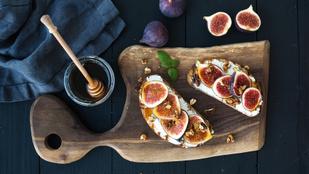 Melegszenya-előkelőség: rózsaborsos melegszendvics camembert sajttal, fügével és mézzel