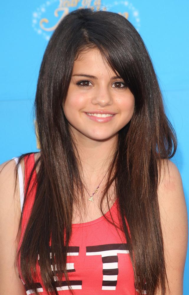 Zárjuk a sort Selena Gomezzel, aki szintén Disney-sztárként ismerhettünk meg, de ellentétben a fentebb említett Miley Cyrusszal, ő sosem veszítette el józan eszét