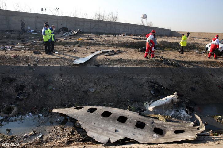 Mentőegységek dolgoznak a Boeing 737-es típusú ukrán utasszállító repülőgép roncsdarabjainál az iráni Sahriár város közelében 2020. január 8-án