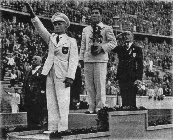 Zombori Ödön mellett a kart lendítő német Johannes Herbert és a tisztelgő amerikai Ross Flood 1936-ban, Berlinben