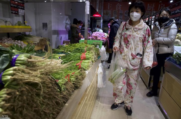 Védőmaszkot viselő vásárlók egy pekingi üzletben 2020. február 18-án.