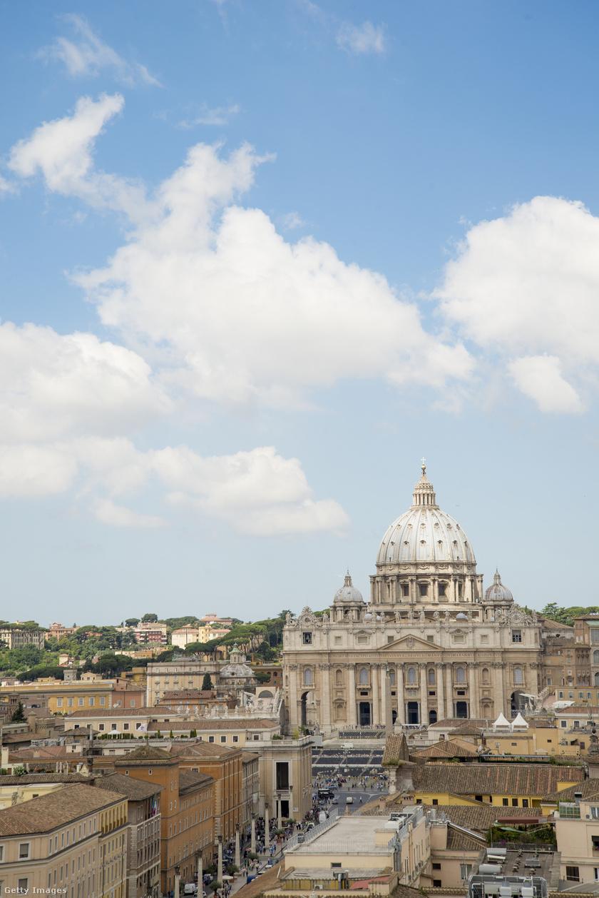 A Sixtus-kápolna 1473-1481 között épült, freskóját pedig 1508-1512 között festette meg Michelangelo Buonarroti. Michelangelo négy éven át készítette a fantasztikus alkotást, keletről nyugatra haladva a festésben.