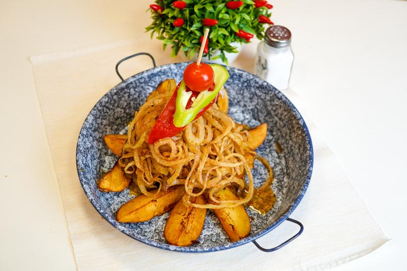 Sütőben sült krumpli ropogós hagymakarikával: fenséges köret