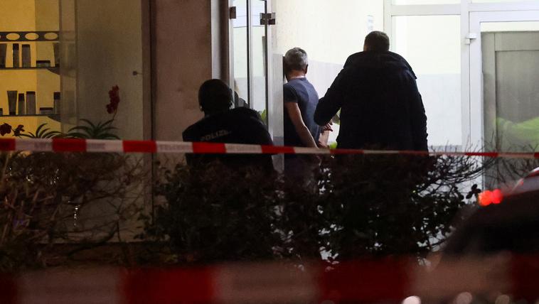 A rendőrök elfognak egy férfit Hanauban 2020. február 20-án.