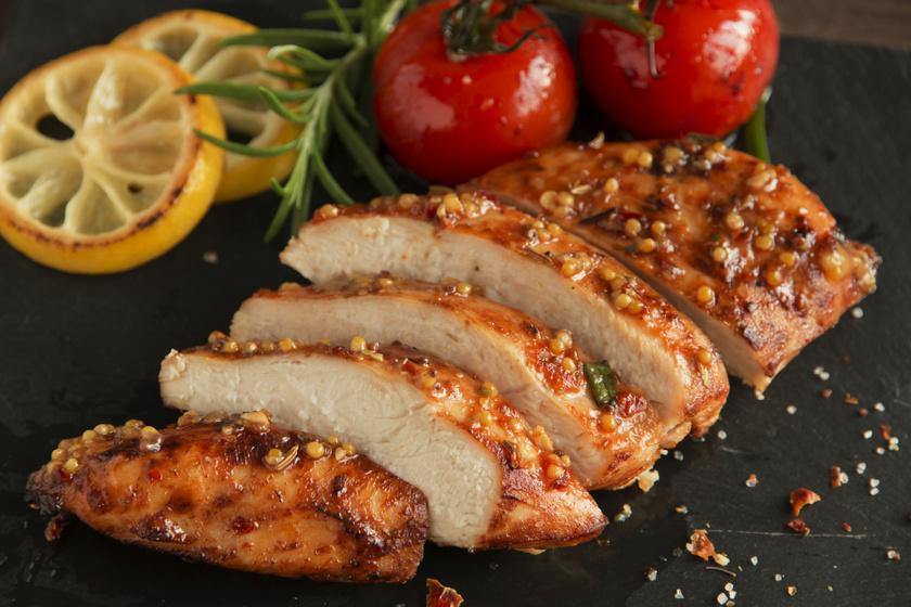 Szaftos mézes-mustáros csirkemell a sütőből: szétomlik a szádban a hús