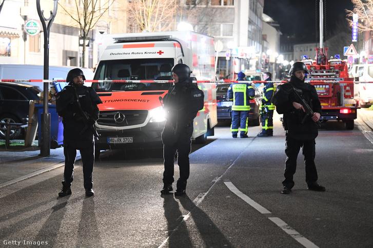 Helyszínelnek a hatóságok a Hanauban történt lövöldözés helyszínén 2020. február 20-án.