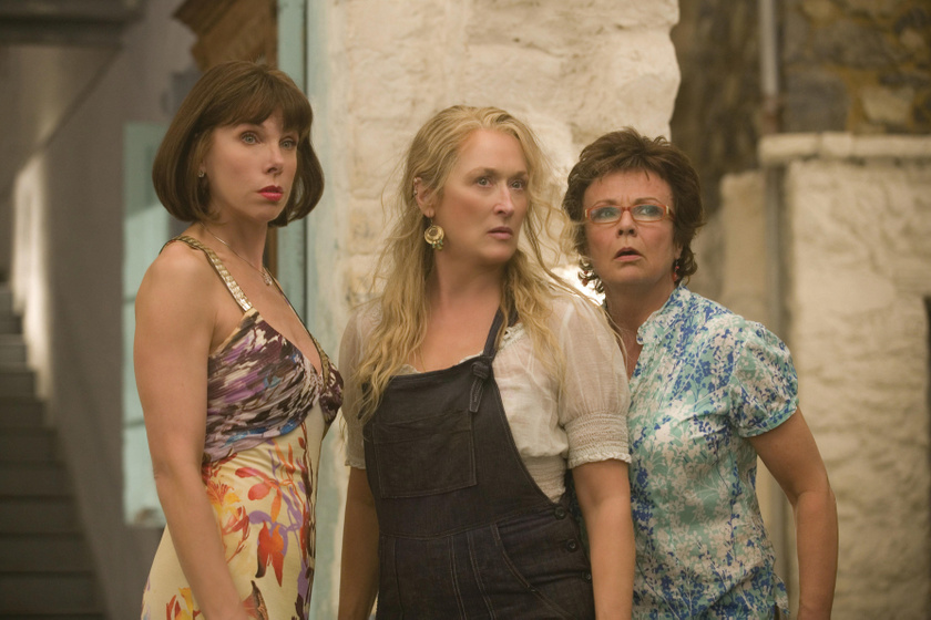 Julie Walters Meryl Streep és Christine Baranski oldalán a Mamma Mia! című filmben.