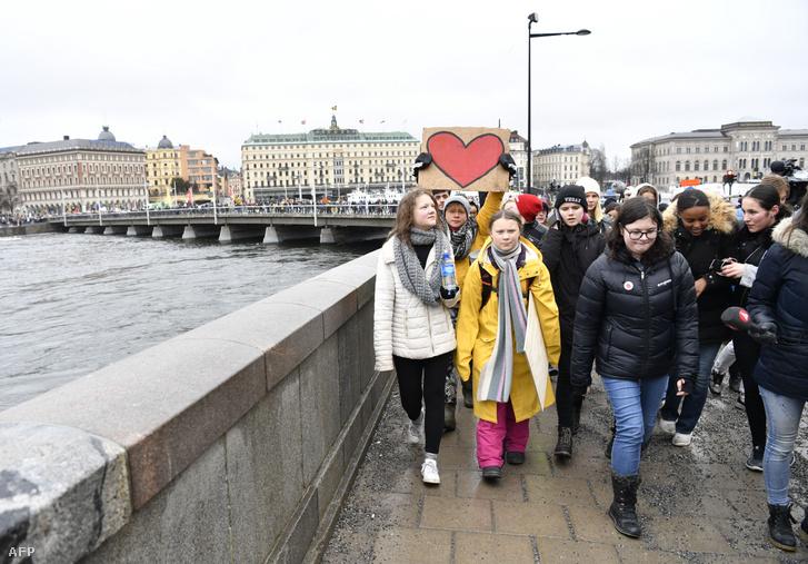 Greta Thunberg (középen) és Beata Ernman (balra)egy stockholmi klímatüntetésen2019. márciusában.