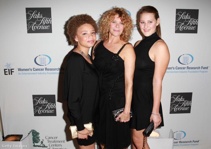 Spielberg felesége Kate Capshaw (k) és két lányuk, Mikaela (b) és Allyn (j) 2013-ban